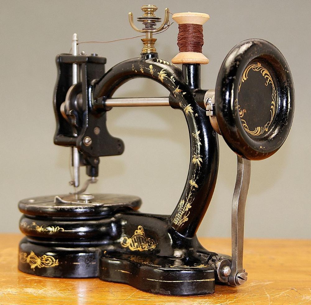מעולה למכירה מכונת תפירה ישנה (עתיקה) בגלריה של יריב אגוזי OM-75